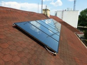 Námi provedená montáž solární sestavy skládající se z více panelů v obci Veľké Kapušany