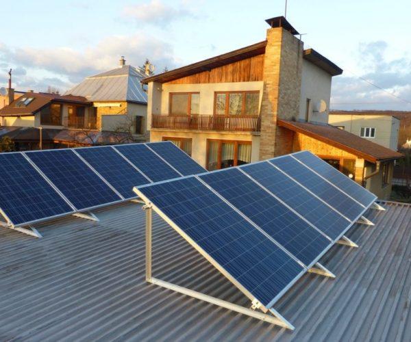 Naše prevedenie inštalácie solárnych kolektorov na dome v obci Šaca, pohled na strechu